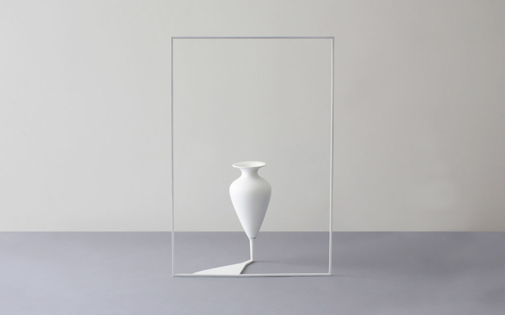 VASE COMPOSE IT PORCELAIN VASE AND STEEL STRUCTURE LACQUERED WITH POLYURETHANE PAINT