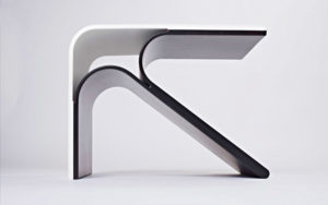 SIDE TABLE FLÈCHE TRAY IN CORIAN GLACIER WHITE FRAME IN MULTILAYERED AMERICAN WALNUT