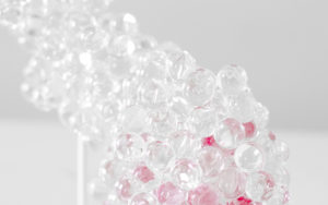 DETAILS LAMP MORNINGMIST PINK GLASS BEAD BASE IN SHINY WHITE LACQUERED STEEL